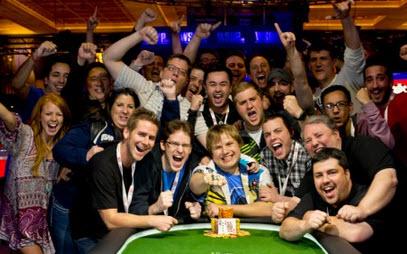 Brazalete para Chad Holloway en el Evento # 1 del día 2 del WSOP 2013
